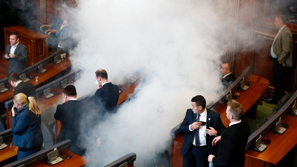Tränengas im Parlament in Pristina: Chaos im Kosovo