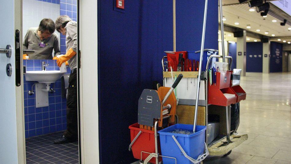 Reinigungskraft bei der Arbeit: Schlechtergestellt als Festangestellte