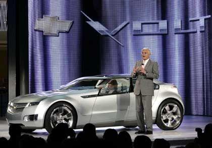 Konzeptauto Volt: GM-Vize Bob Lutz präsentiert den fortschrittlichen Chevrolet, dessen Räder stets elektrisch bewegt werden.