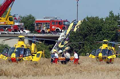 Busunglück auf der A1: Das Fahrzeug wird geborgen