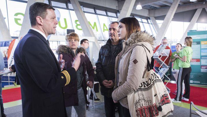 Bundeswehr wirbt um Personal: Karrieren zwischen Matsch und Marine