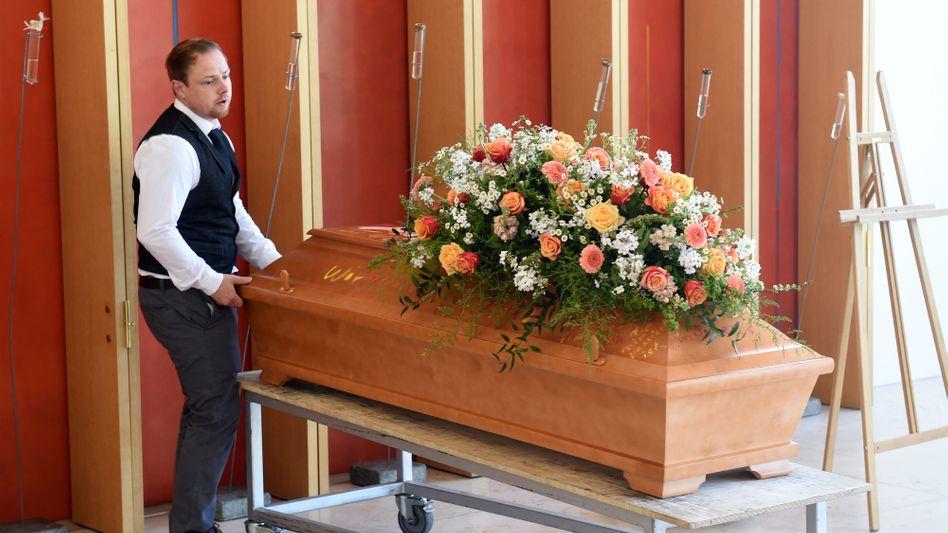 Dekorierter Sarg für Trauerfeier