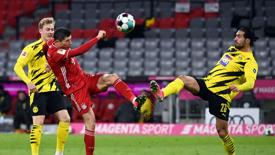 Münchens Robert Lewandowski (l.) im Zweikampf mit Dortmunds Emre Can