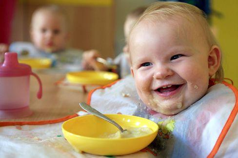 Baby beim Essen: Immer mehr Kinder kommen schon dick zur Welt