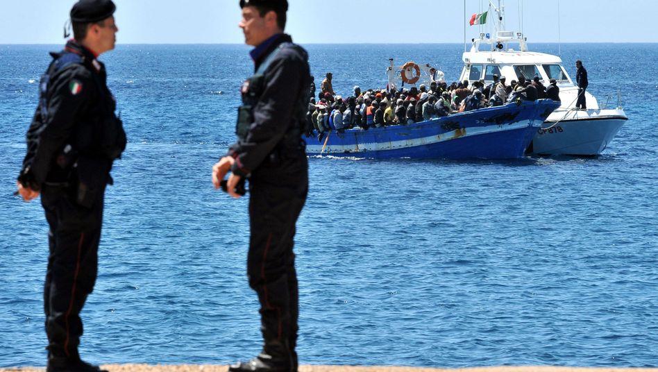 Ein Boot mit Flüchtlingen aus Nordafrika nähert sich der süditalienischen Insel Lampedusa