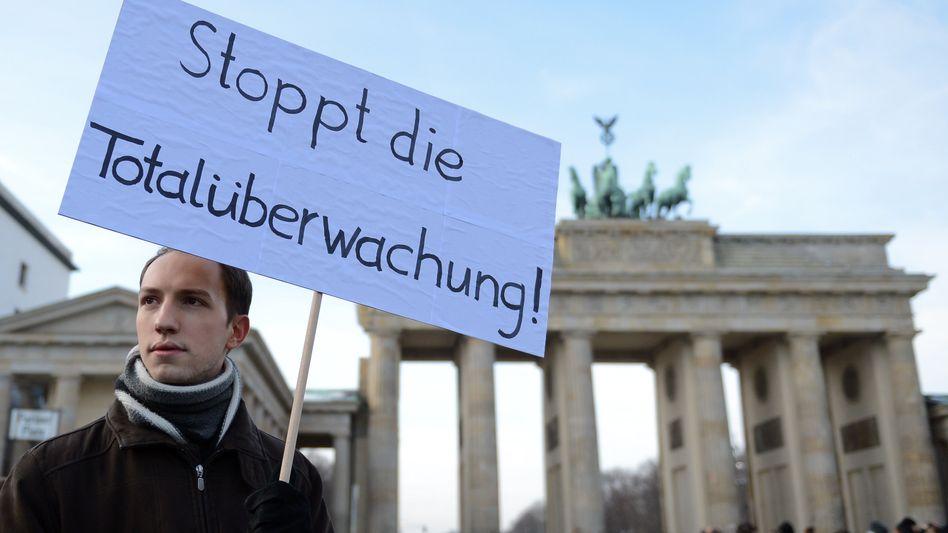 Demonstrant vor dem Brandenburger Tor (Archiv): Die Deutschen sehen die Überwachung durch Geheimdienste als eine der größten Gefahren im Netz