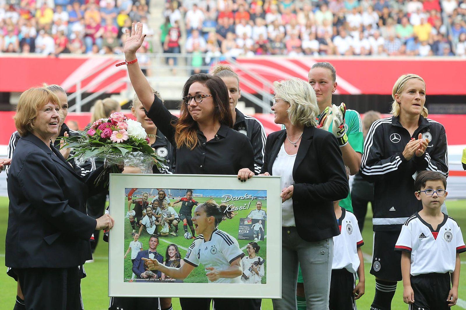 EINMALIGE VERWENDUNG Nadine Kessler/ Fußball