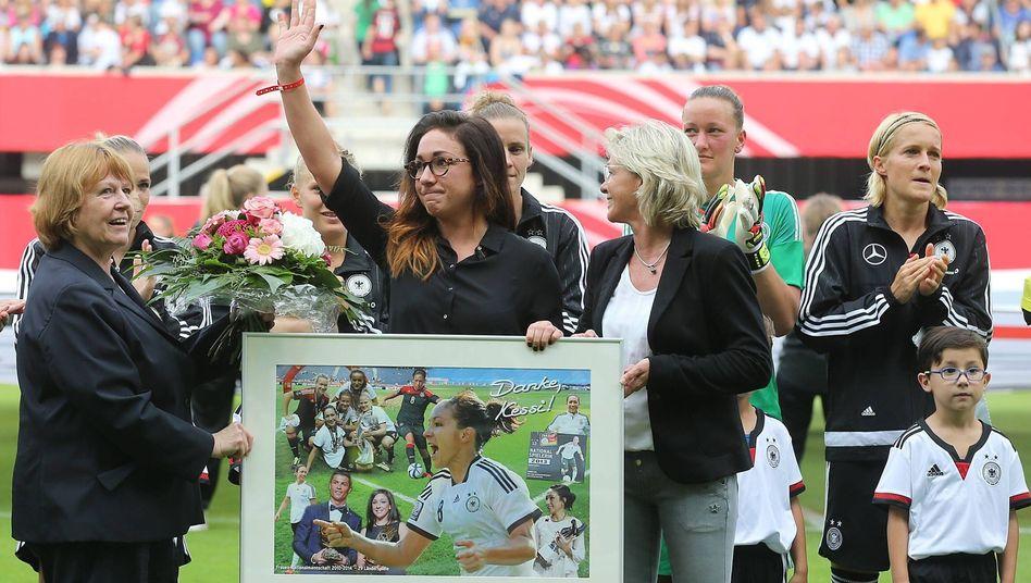 Nadine Keßler wird unter anderen von Ex-Nationaltrainerin Silvia Neid verabschiedet