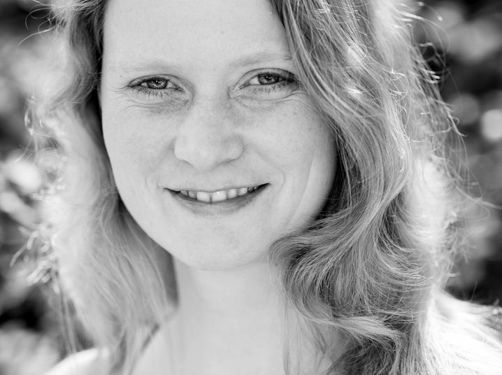 Britta Mersch, 44, ist freie Journalistin, unter anderem für den SPIEGEL, und dreifache Mutter. Ihre älteste Tochter besucht die erste Grundschulklasse - und wird seit vergangener Woche nicht mehr in der Schule unterrichtet.
