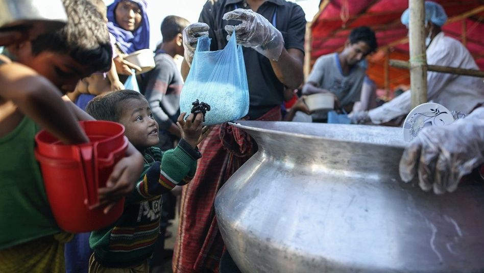 Flüchtlinge bei Essensausgabe in Bangladesch: »Da läuft etwas schief«