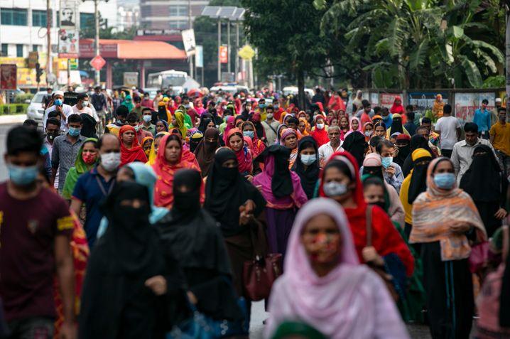 Im Kampf um das Coronavirus gehen hunderte Menschen in Bangladesch während eines landesweiten Lockdown zu Fuß zur Arbeit