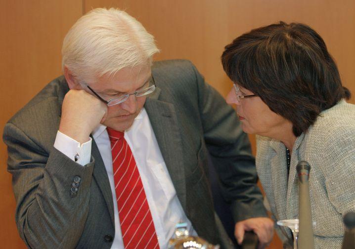 """Parteikollegen Steinmeier, Schmidt (Archivbild): """"Im Wahljahr unglaublich dumm"""""""