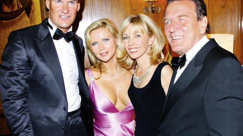 Freunde Maschmeyer, Schröder mit Ehefrauen 2009: Mit aufdringlichen Briefen traktiert