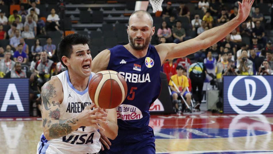 Argentiniens Gabriel Deck (l.), Serbiens Marko Simonovic: Überraschung im Viertelfinale