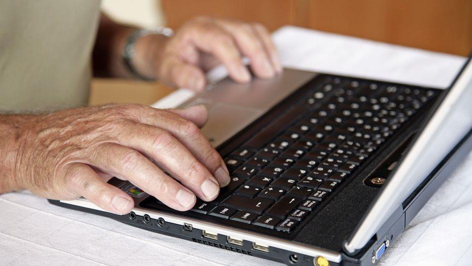 Rentner am Laptop: Jobvermittlung im Internet
