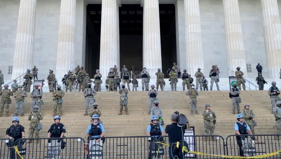 Sicherheitskräfte und Einheiten der Nationalgarde vor dem Lincoln-Denkmal in Washington: Demonstranten sollen eingeschüchtert werden
