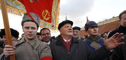 Kommunistenchef Sjuganow (Mitte) mit seinen Anhängern: Wie ein Matrose an Bord einen schwankenden Schiffes