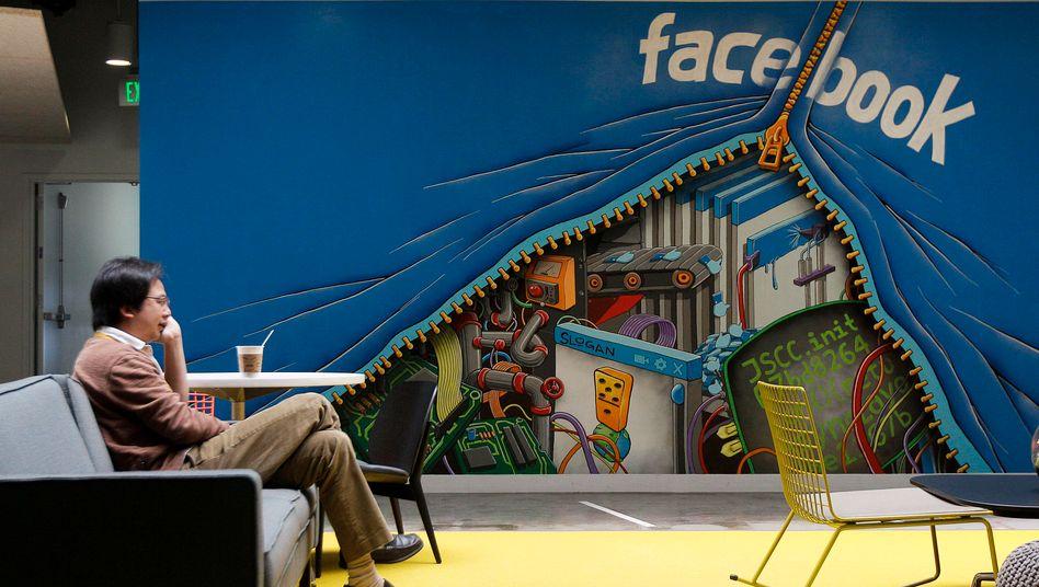 Ein Facebook-Mitarbeiter in der Firmenzentrale in Menlo Park, Kalifornien
