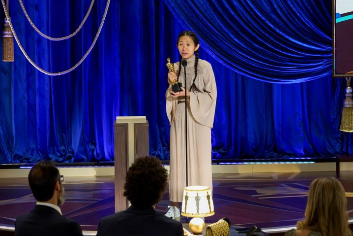 Chloé Zhao mit ihrem Oscar