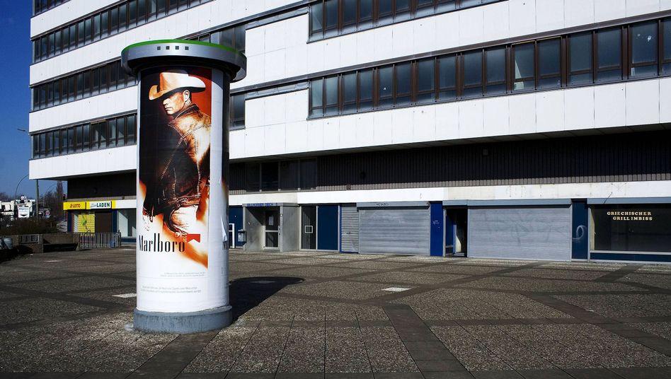 Litfaßsäule mit Marlboro-Werbung vor einem Bürogebäude in Hamburg (Archivbild).