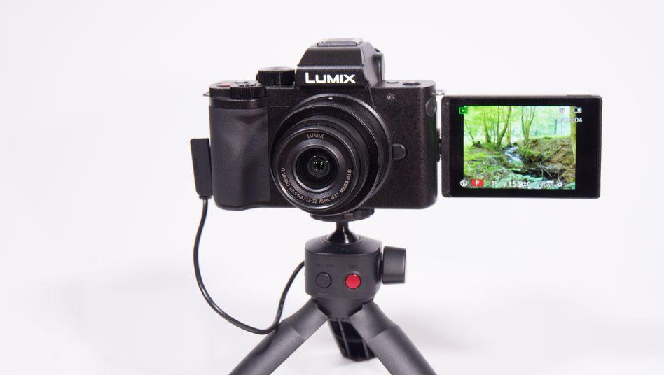 In der Variante Lumix G110V wird ein Tischstativ mitgeliefert, das sich auch als Handgriff eignet