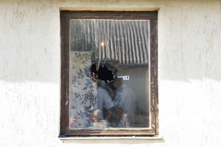 Einschussloch im Fenster der Baloghs