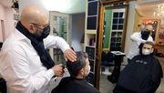 Friseure beginnen Shutdown-Ende mit Nachtschicht