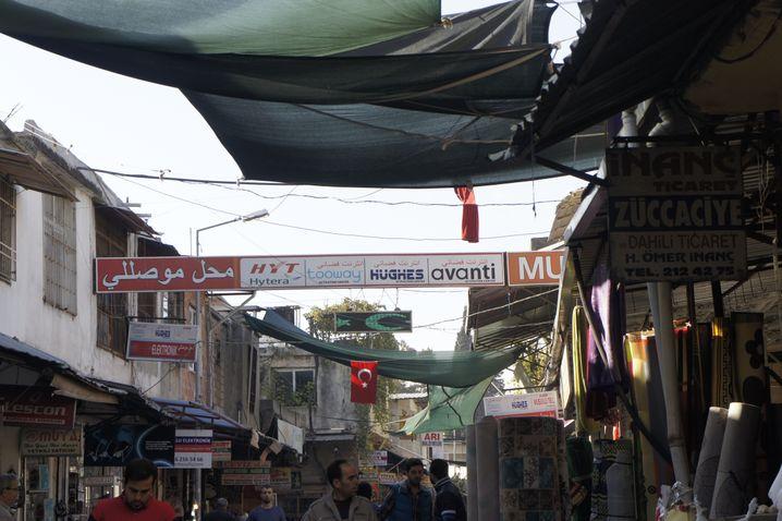 Werbung im Basarviertel von Antakya: Tausende Kunden in Syrien und im Irak