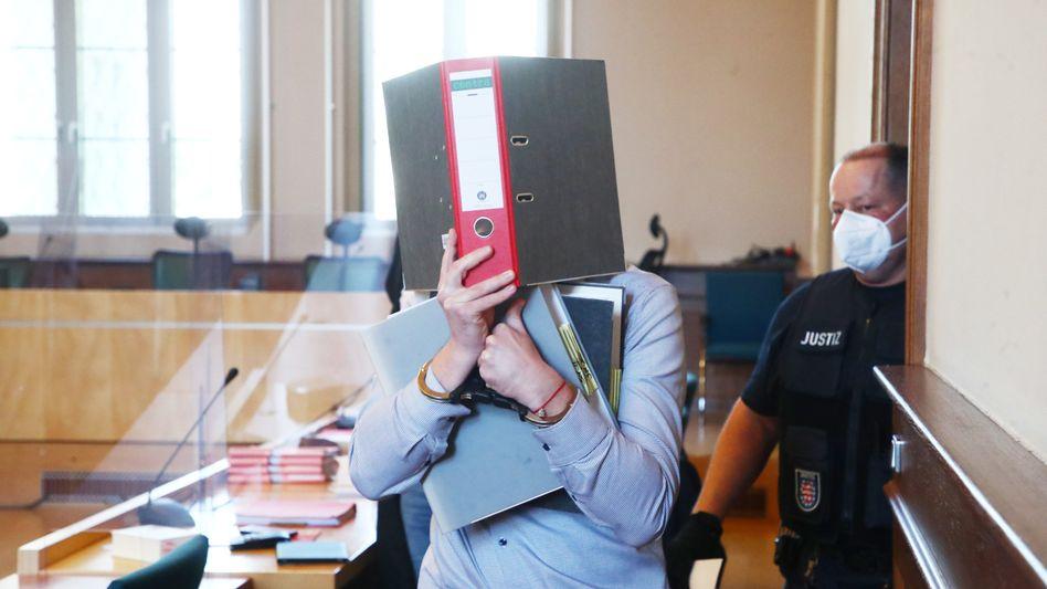 Der ältere der beiden angeklagten Polizeibeamten wird in den Schwurgerichtssaal geführt: Könnten seine Handyaufnahmen die Vergewaltigungsvorwürfe entkräften?