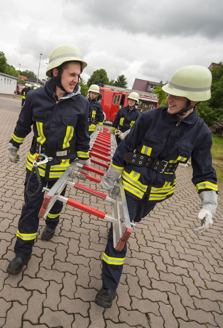 Leitertransport: Die Berufsschüler üben die alltäglichen Abläufe bei einem Feuerwehreinsatz