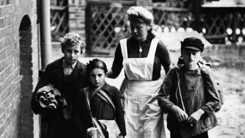 Kinder 1945 in einem Berliner Heim