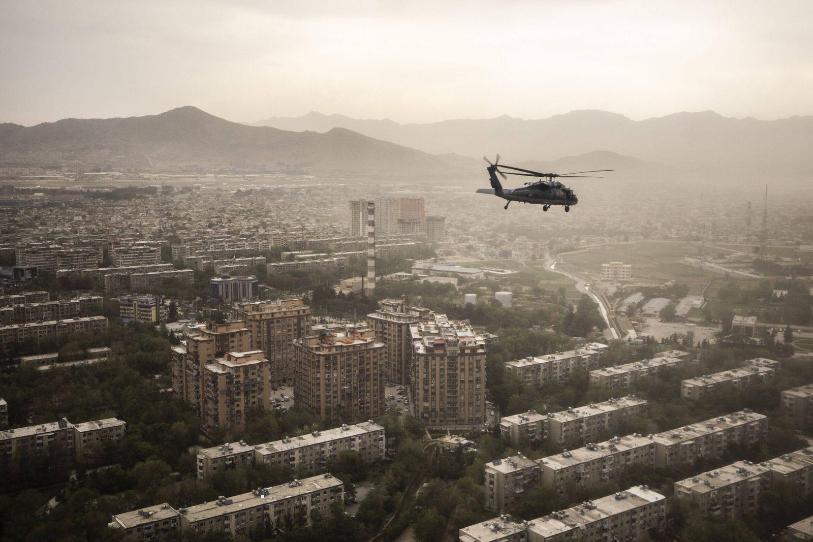 Ein Black Hawk Helikopter der US Army zeichnet sich ab vor der Stadtansicht auf Kabul, 29.04.2021. Kabul Afghanistan ***