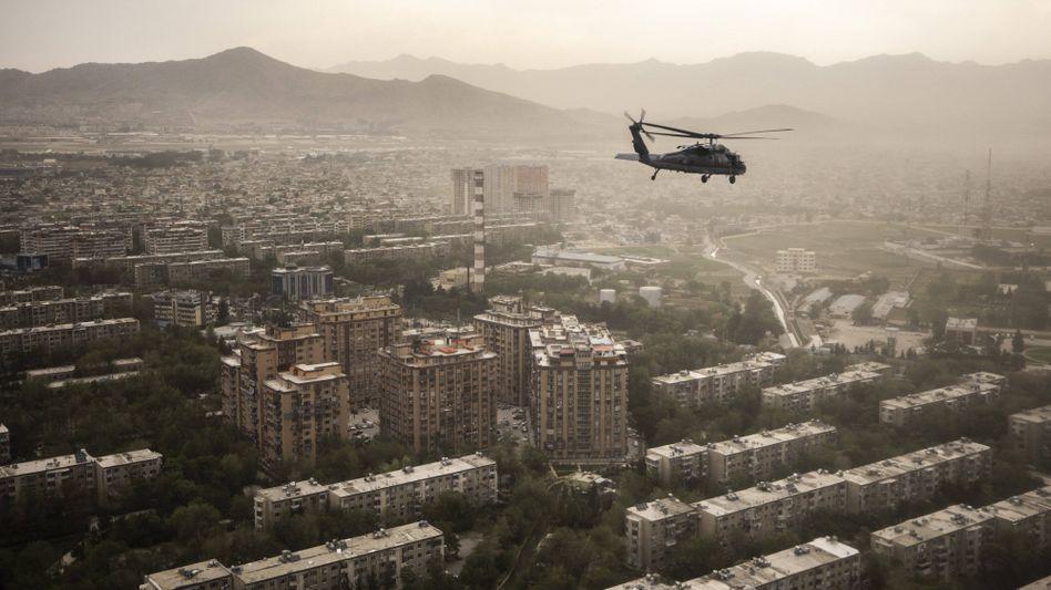 Ein Blick in die Vergangenheit: Ein »Black Hawk«-Helikopter der US-Armee über Kabul