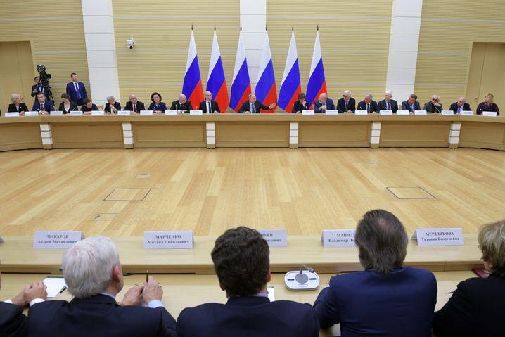 Präsident Putin mit den Mitgliedern seiner Arbeitsgruppe zur Verfassung