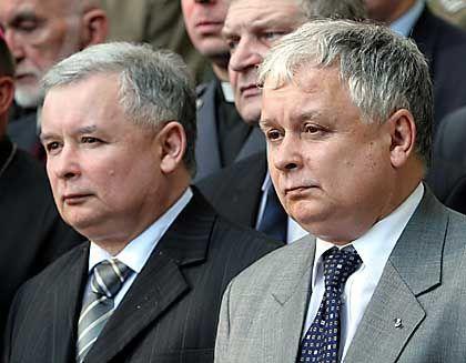 Jaroslaw und Lech Kaczynski (im August): Äußerlich und politisch gleichen sich die Brüder wie ein Ei
