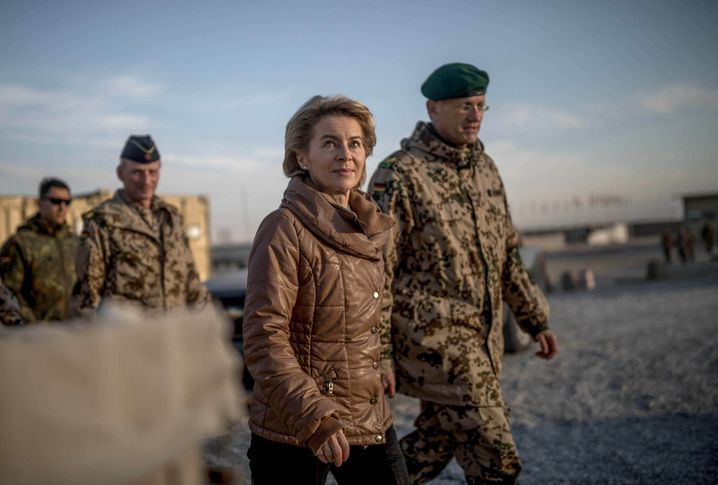 Verteidigungsministerin Ursula von der Leyen im Feldlager Camp Marmal in Masar-i-Scharif (im Dezember 2017)