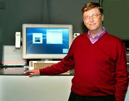 """Stolzer Vater: Bill Gates, Microsoft-Gründer und Chefentwickler, vor einem """"Athens"""" - dem PC, bei dem sich die Entwickler zur Abwechslung etwas gedacht haben"""