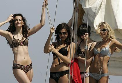 Models posieren für einen Werbespot auf einer der AC-Yachten: Segeln unmöglich