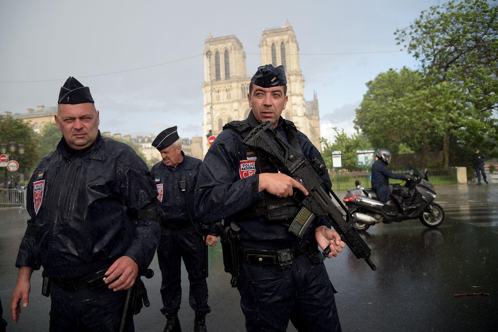 Paris / Notre-Dame / Polizisten