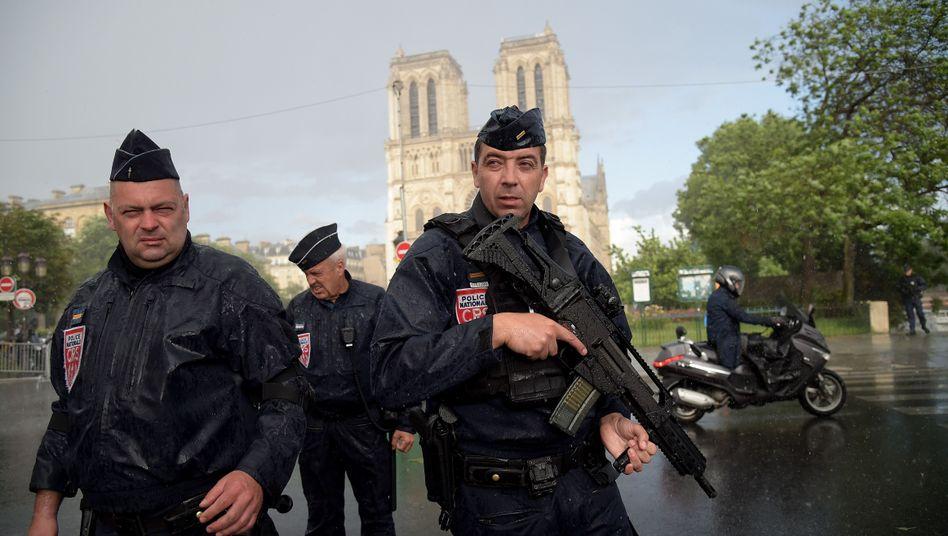 Polizisten patrouillieren vor Notre-Dame