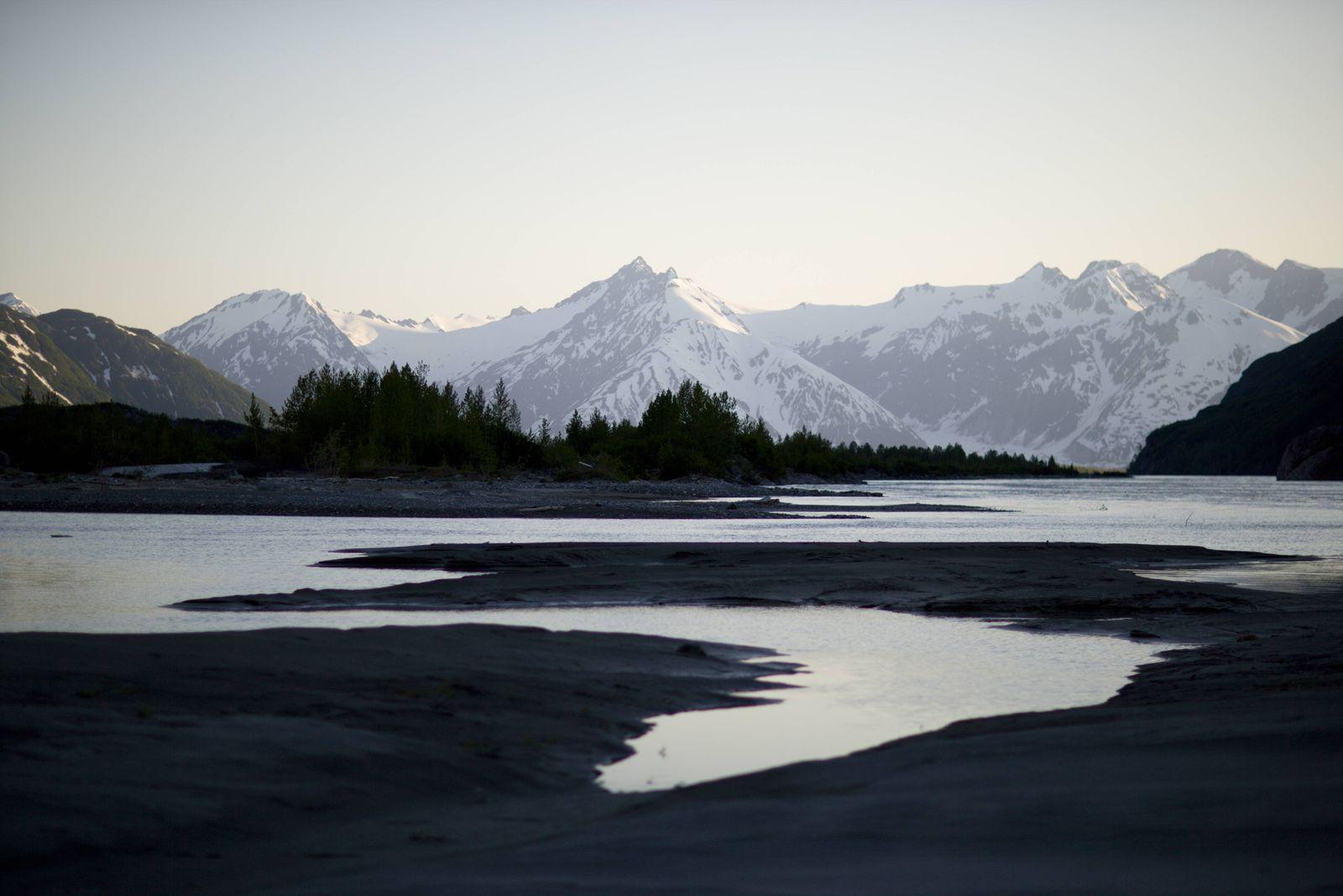 Alsek River & mountains Walker Glacier Alaska United States PUBLICATIONxINxGERxSUIxAUTxONLY Copyri