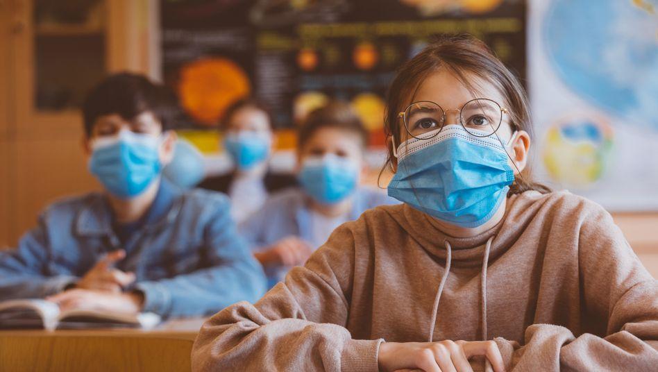Schülerin mit Maske: Laut WHO sollten Kinder ab 12 Jahren ebenso wie Erwachsene einen normalen Mund-Nasen-Schutz tragen, um sich und andere zu schützen