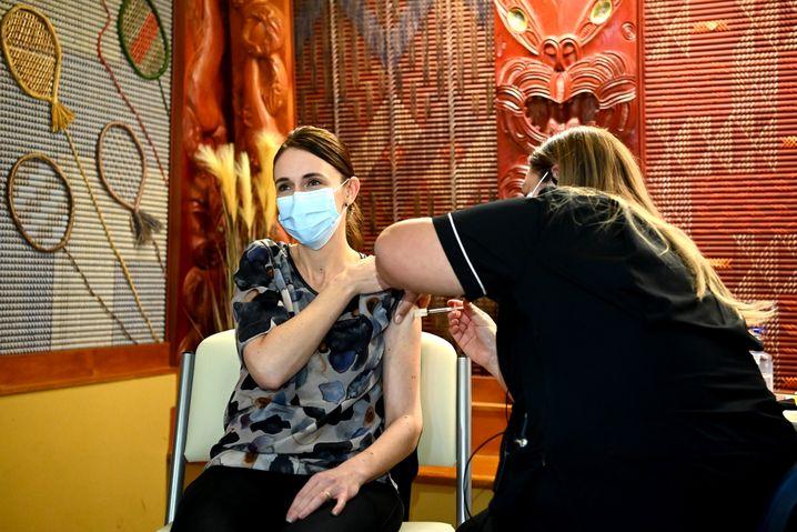 Jacinda Ardern bei ihrem Impftermin in Auckland