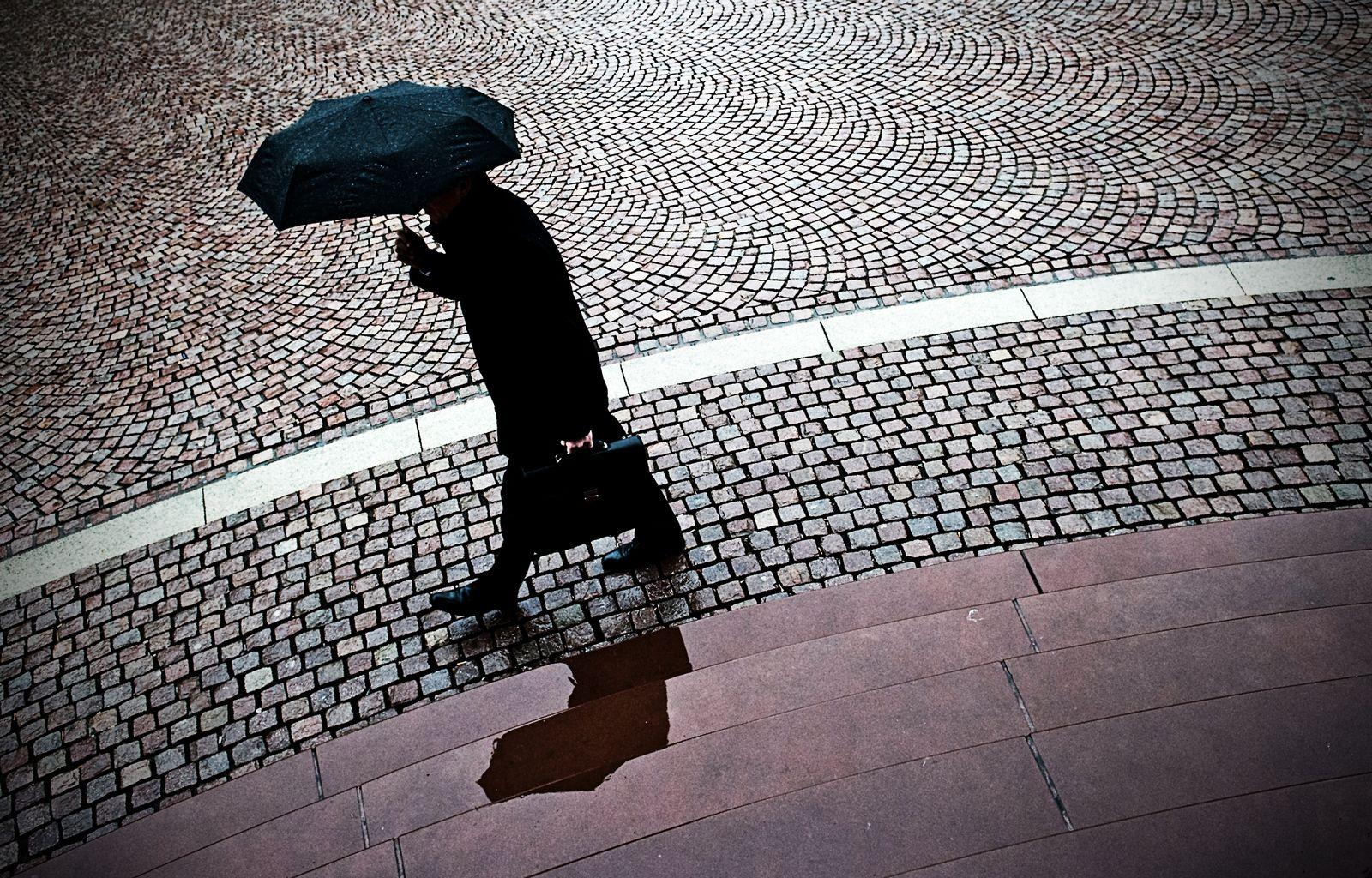 Symbolbild / Stress / Depression / Regenschirm / Fußgänger / Angst / Psychologische Störung