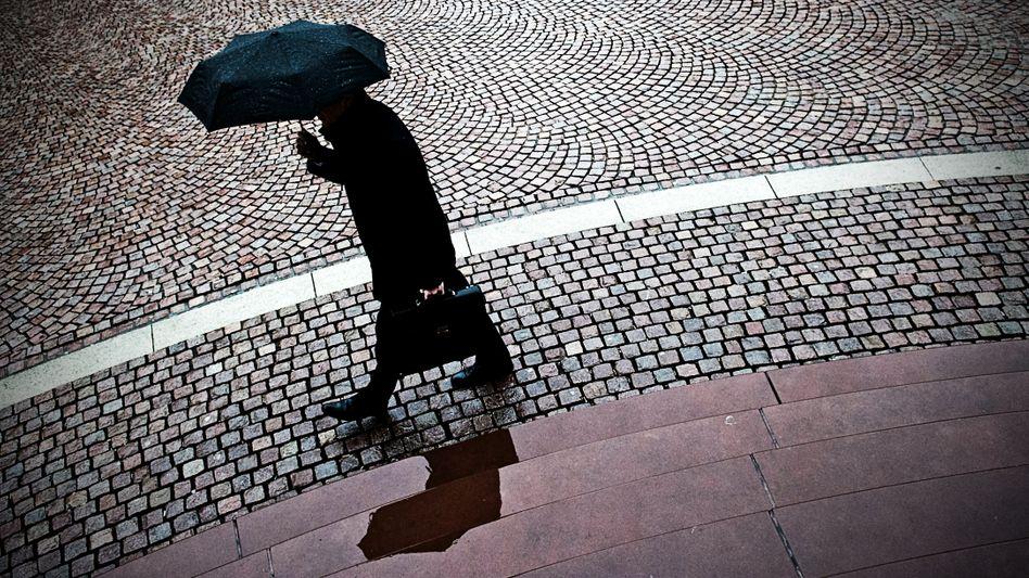 Mann unterm Regenschirm: Steigt die Häufigkeit von Depressionen, Angststörungen und anderen psychischen Leiden wirklich?