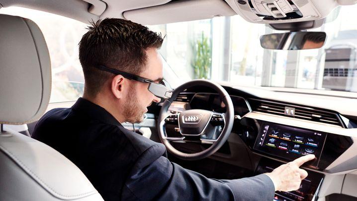 Digitaler Autokauf: Fernberatung durch Autoverkäufer mit Datenbrille