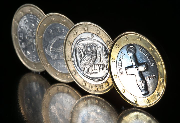 Verschiedene Euro-Münzen (vorn zyprische)