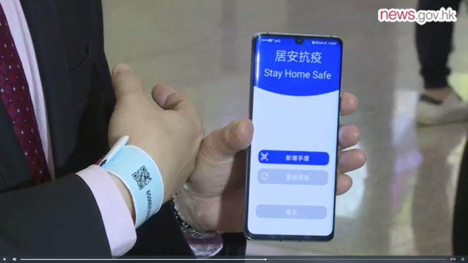 Hongkongs CIO Victor Lam demonstriert das Tracking-Armband