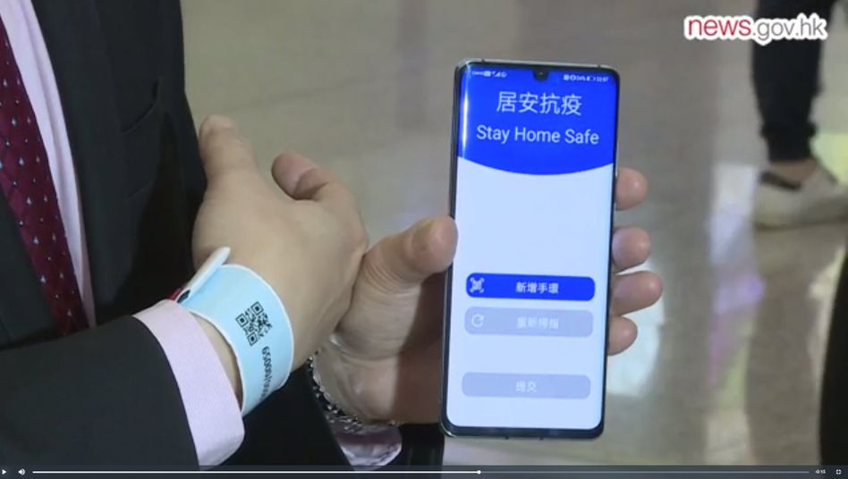 Hongkongs CIO Victor Lam demonstriert das Tracking-Armband