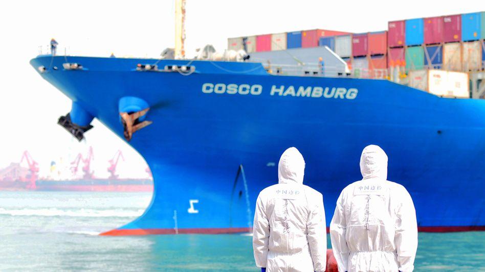 Frachter in einem chinesischen Hafen